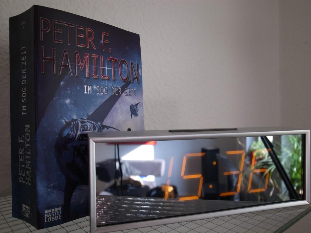 """Foto vom Buch """"Im Sog der Zeit"""" von """"Peter F. Hamilton""""."""